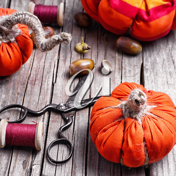 Sewing decorative pumpkins from fabric for autumn decorations